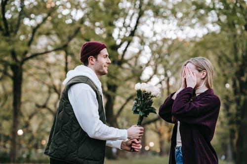 送礼物挽回男友,挽回男友的误区是什么